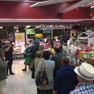 Siilinjärveläisessä marketissa juhlitaan kunnan uusia miljonäärejä.