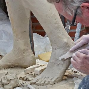 Markku Hirvelä veistää Kaunis Veera patsasta