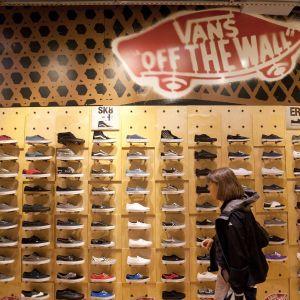 Nainen katselee Vans-kenkiä brändin liikkeessä Washingtonissa, Yhdysvalloissa.