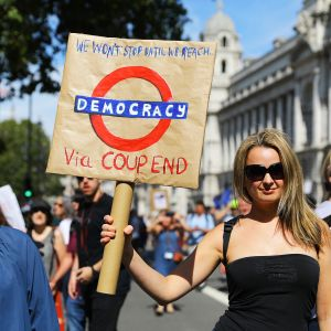Brexitiä vastustava mielenosoittaja Downing Streetilla Lontoossa.