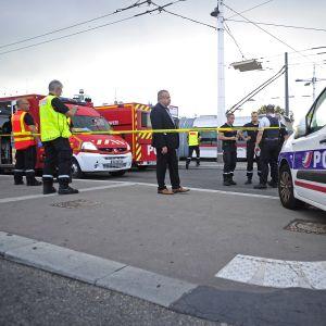 Poliiseja ja pelastushenkilöstöä Laurent-Bonneveyn metroaseman edustalla.