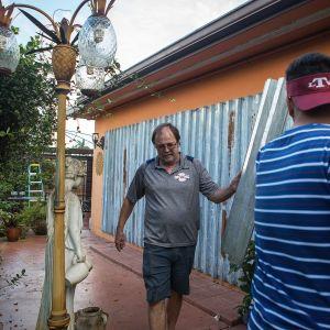 Kaarlo Huovinen on hankkinut Lake Worthissa sijaitsevan kotitalonsa suojaksi viranomaisten hyväksymät suojapellit. Niiden asentamiseen hän saa poikansa apua.