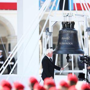 Saksan presidentti Frank-Walter Steinmeier soitti kelloa muistotilaisuudessa Varsovassa.