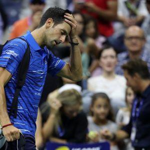 Novak Djokovic kävelee pää painuksissa pois kentältä.