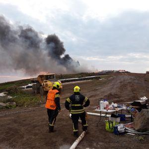 Renkaita tulessa vanhalla kaatopaikalla.