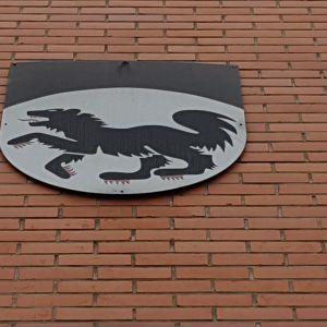 Kittilän kunnan vaakuna kunnantalon seinässä.