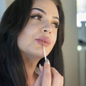 Victoria Karppinen laittaa huulipunaa