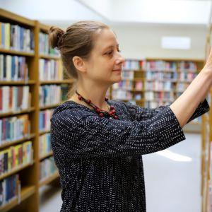 Kouvolan kirjastotoimenjohtaja Selja Kunttu Kouvolan pääkirjastossa.