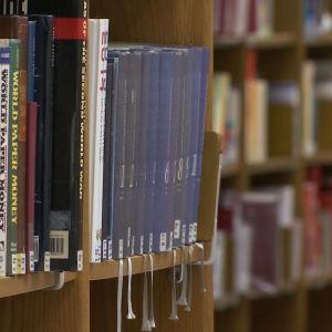 Kirjoja kirjaston hyllyssä
