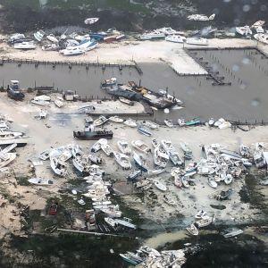 Tuhoutuneita veneitä maalla