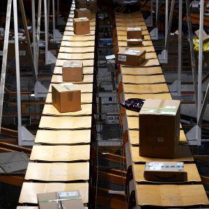 Postipaketteja hihnalla Postin logistiikkakeskuksessa
