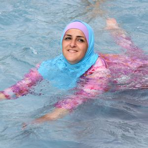 Nainen käytti burkinia uidessaan maauimalassa Berliinissä.