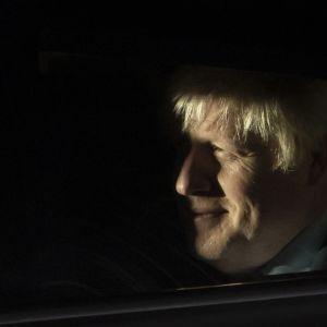 Pääministeri Boris Johnson poistui myöhään illalla parlamenttitalolta kärsittyään tappion kahdessa äänestyksessä.