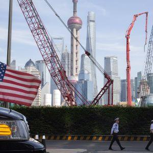 USA:n lippu autossa Shanghaissa
