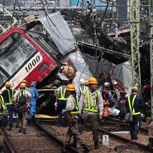Jokohamassa sattui junan ja kuorma-auton törmäys torstaina.