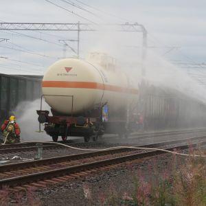 Suuronnettomuusharjoituksessa puutavaralastissa ollut junavaunu uhkasi viereisellä raiteella ollutta ammoniakkivaunua.