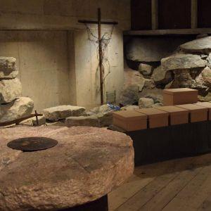 Kaikkiaan kymmenen keskiaikaista vainajaa, joukossa nuori äiti pienokaisineen siunattiin torstaina Pyhän Hengen kappelissa Turussa.