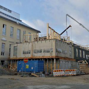 Uutta koulusiipeä rakennetaan vanhan koulurakennuksen kylkeen.