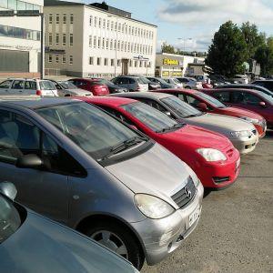 Autoja pysäköitynä Kokkolan rautatieasemalle.
