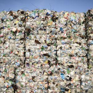 Suuria muovijätepaaleja.