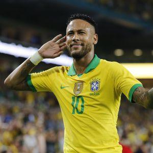 Neymar tuulettaa Brasilian paidassa.