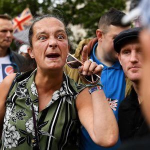 Vihainen nainen heristää sormeaan.