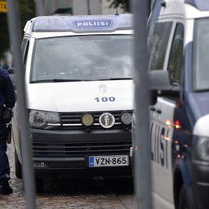 Poliiseja Ruoholahden metroasemalla Helsingissä sunnuntaina 8. syyskuuta. Poliisi etsi Jätkäsaaressa aiemmin tapahtuneen aseellisen ryöstän tekijää.