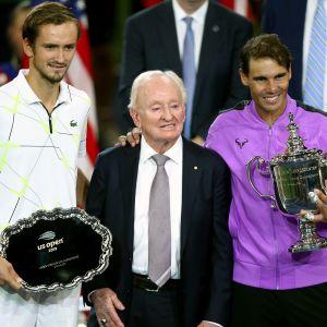 Daniil Medvedev, tennislegenda Rod Laver ja Rafael Nadal palkintoseremonioissa.
