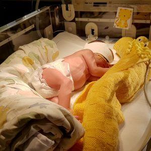 vauva nukkuu sairaalassa