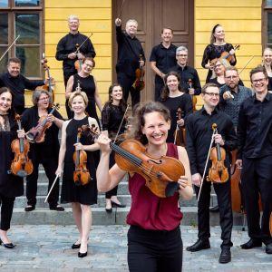 Keski-Pohjanmaan Kamariorkesteri uuden taiteellisen johtajansa Malin Bromanin kanssa Raatihuoneen edustalla.