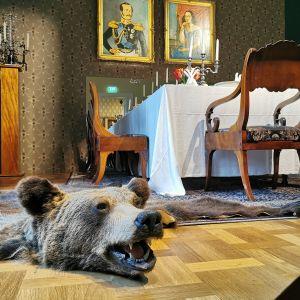 Ruokapöytä ja karhuntalja Milavida-museossa