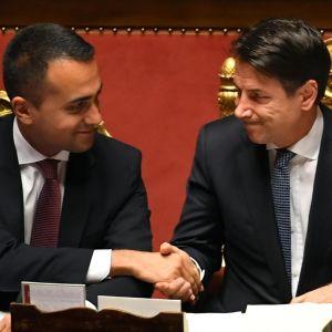 Italian pääministeri Giuseppe Conte ja ulkoministeri Luigi di Maio kättelevät.