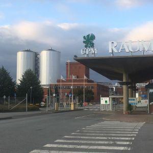 UPM:n Rauman tehtaan sisääntuloportti ja taustalla  tehdasalue.