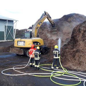 Hakekasaa kaivetaan kaivinkoneella ja sammutetaan.