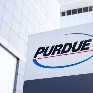 Purdue Pharma -yhtiön logo pääkonttorin edustalla Stamfordissa Conneticutissa maaliskuussa 2019.