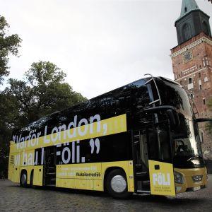 Kaksikerrosbussi Turun Tuomiokirkontorilla.