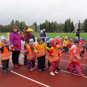 Lapsia urheilukentällä