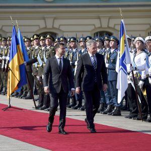 Presidentti Sauli Niinistö ja Ukrainan presidentti Volodymyr Zelenskyi Niinistön virallisen vierailun vastaanottoseremoniassa Mariinski-palatsin pihalla, Kiovassa, Ukrainassa, 12. syyskuuta 2019.