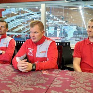 Sportin urheilutoimenjohtaja Markus Jämsä, päävalmentaja Ari-Pekka Pajuluoma ja kapteeni Erik Riska
