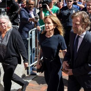 Näyttelijä Felicity Huffman ja hänen miehensä näyttelijä  William H Macey saapuivat oikeudenkäyntiin Bostonissa 13. syyskuuta 2019.