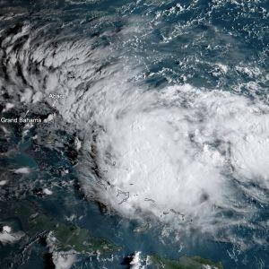 Trooppinen matalapaine lähestyi Bahamasaaria perjantaina. Se on vahvistunut matkallaan trooppiseksi myrskyksi ja sen odotetaan voimistuvan hurrikaaniksi sunnuntaina.