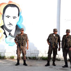 Armeijan sotilaat vartioivat presidentinvaalien äänestyspaikkaa Tunisian pääkaupungissa Tunisissa.