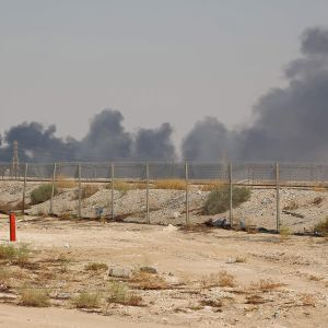 Saudi-Arabian Abqaiqissa sijaitsevaan Aramcon öljynjalostamoon iskettiin drooneilla 14. syyskuuta - savupatsas nähtävissä kaukaisuudessa.