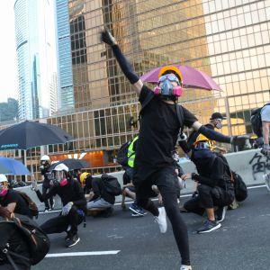 Mielenosoittajia kaasunaamareissa Hongkongin hallintokeskuksella