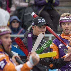 Vasemmalta Jymyn Joni Rytkönen, pelinjohtaja Jani Komulainen ja Niko Korhonen