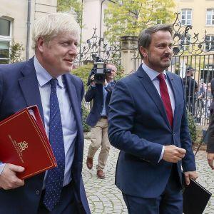 Luxemburgin pääministeri Xavier Bettel (oik.) ja Britannian pääministeri Boris Johnson kuvattuna tapaamisensa jälkeen Luxemburgissa 16. syyskuuta.