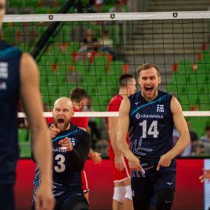 Antti Siltala (keskellä) ja Markus Kaurto tuulettavat, etualalla Antti Ronkainen.