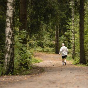 Juoksija lenkillä.