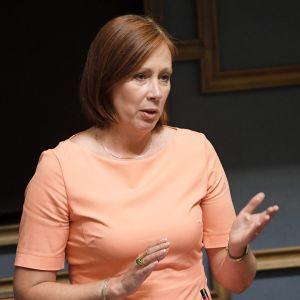 Kunta- ja omistajaohjausministeri Sirpa Paatero suullisella kyselytunnilla eduskunnassa 12. elokuuta.