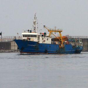 Kalastusalus saapumassa satamaan.
